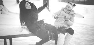 Mamos ir dukters popietinis pasivaikščiojimas